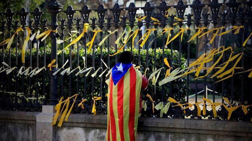 Independentista poniendo lazos amarillos