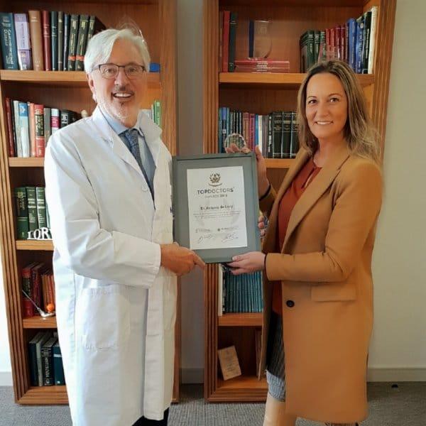 Raquel Solano, Directora de Ventas en España de Top Doctors entrega el Premio Top Doctors 2018 Dr. Antonio de Lacy en Barcelona